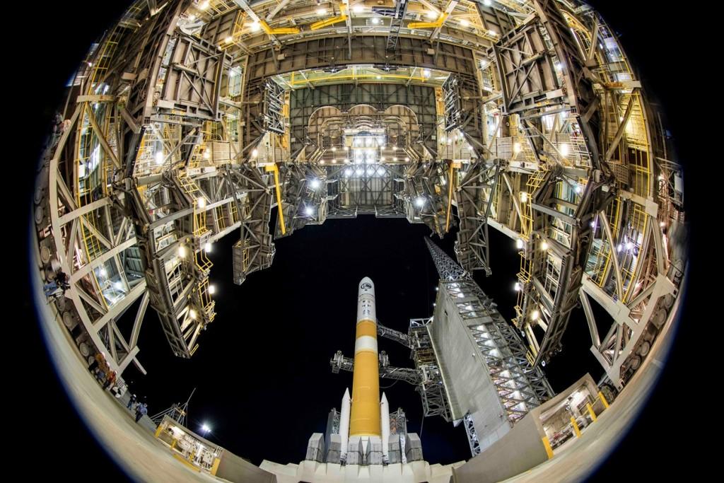 Retrait du portique avant le lancement de la mission NRO L-45 sur Delta 4. Crédit : ULA.