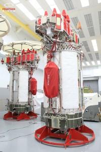 Deux satellites Ouragan M - sans leurs générateurs solaires - en préparation chez ISS Rechetnev à Krasnoïarsk. Crédit : ISS Rechetnev.