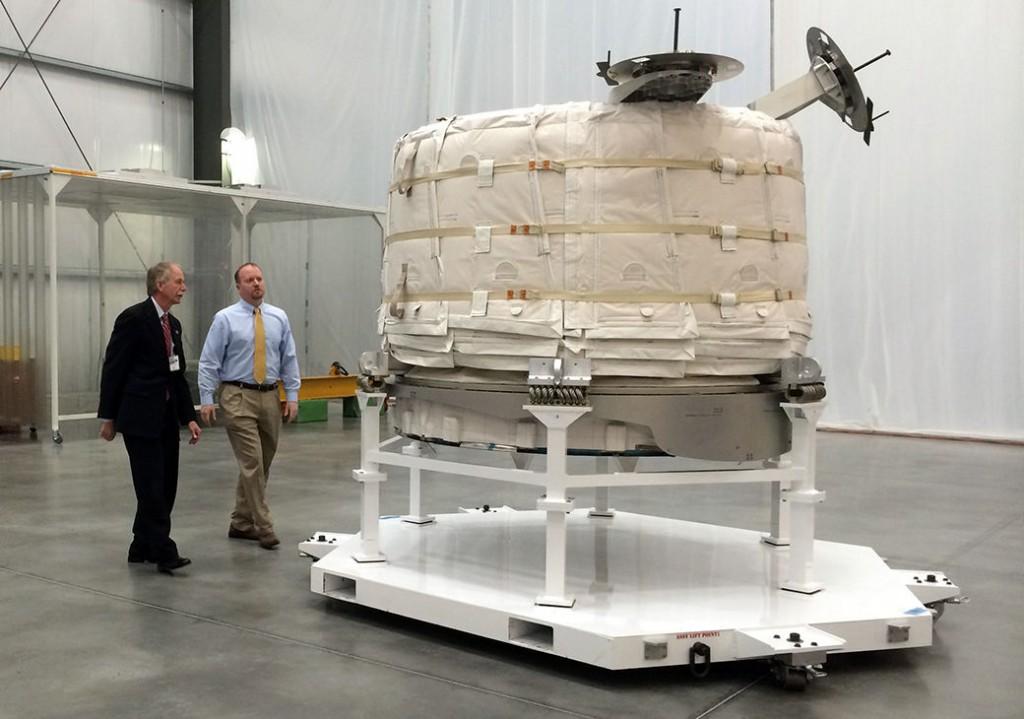 Robert Bigelow (àg.) présente le module Beam. Crédit : Bigelow Aerospace.