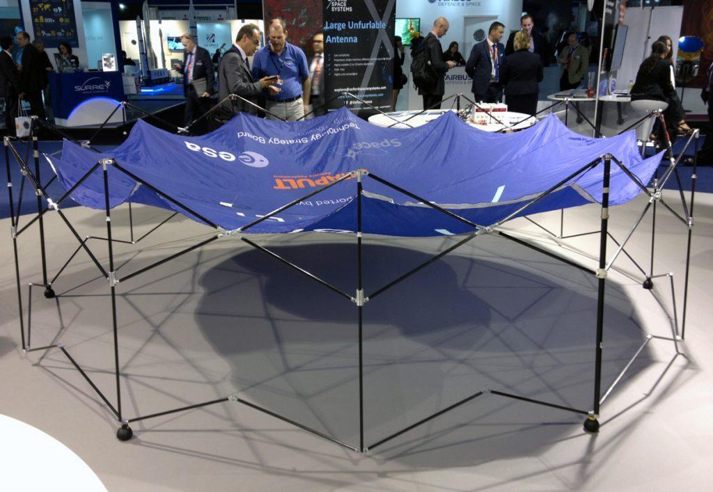 Le modèle du réflecteur a été présenté dans la Space Zone. Crédit : S. Barensky.